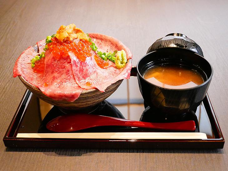 「黒毛和牛 肉ドレス海鮮丼」1,600円。お味噌汁がセットに