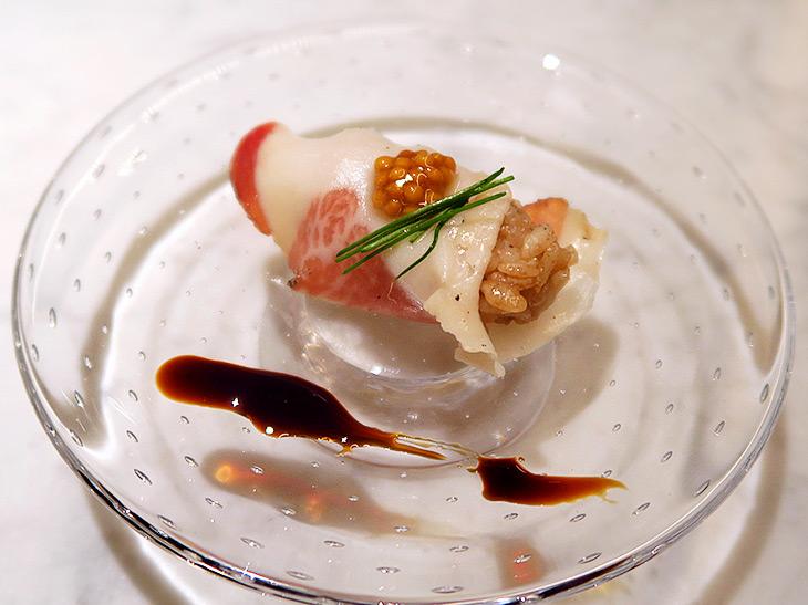 酢飯にはバスサミコ酢を使用。豚とろを塩漬けにして熟成させた豚の頬肉「グランチャーレ」に、穴子をタレで食べるようにバルサミコ酢を付けて食べる。酢飯のほどよい酸味とグランチャーレの相性は抜群