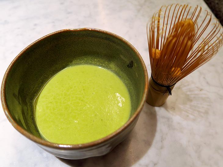 「緑+平和」は、グリーンピースのポタージュだった。たしかに名前そのまんま! 添えられた茶筅にはクルトンが入っており、そっと加える