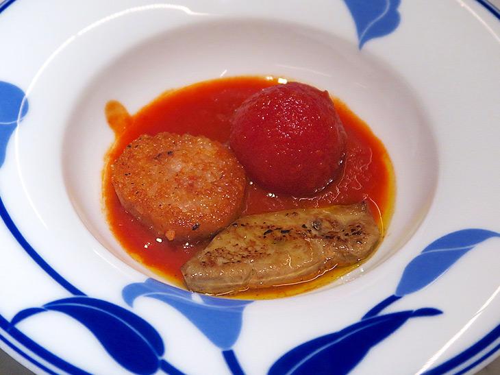 「元祖 フォアグラトマト」は、トマト、フォアグラ、リゾットをスプーンに載せて食べるのが正解。フォアグラもトマトと一緒に食べると脂っこくならないのがいい
