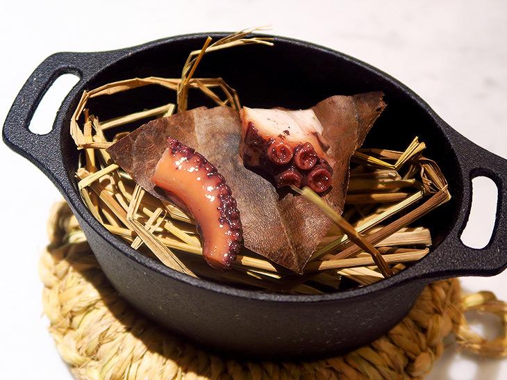 「Oh! 91083」は「オクトパス」と掛け合わせた料理。タコの燻製の蒸し物で、噛めば噛むほどタコと燻製のいい香りが口いっぱいに広がる