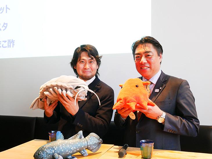 賴重秀一沼津市長(右)と、生物ライター・珍生物ハンターの平坂寛さん(左)。持っているのはダイオウグソクムシとメンダコのぬいぐるみ