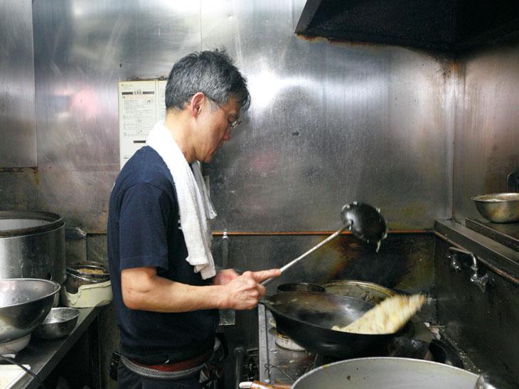 開店から35年、鉄鍋を振るい続け、若者の胃袋を満腹にしてきた店主の川道清次さん