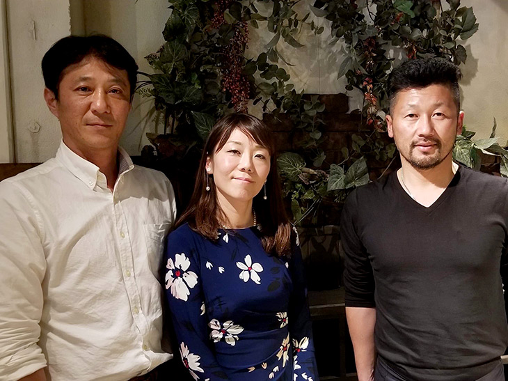 元プロ野球選手の藤田宗一氏(右)、オーナーの坂東枝美子さん(中央)、元プロ野球選手の池田宇隆氏(左)