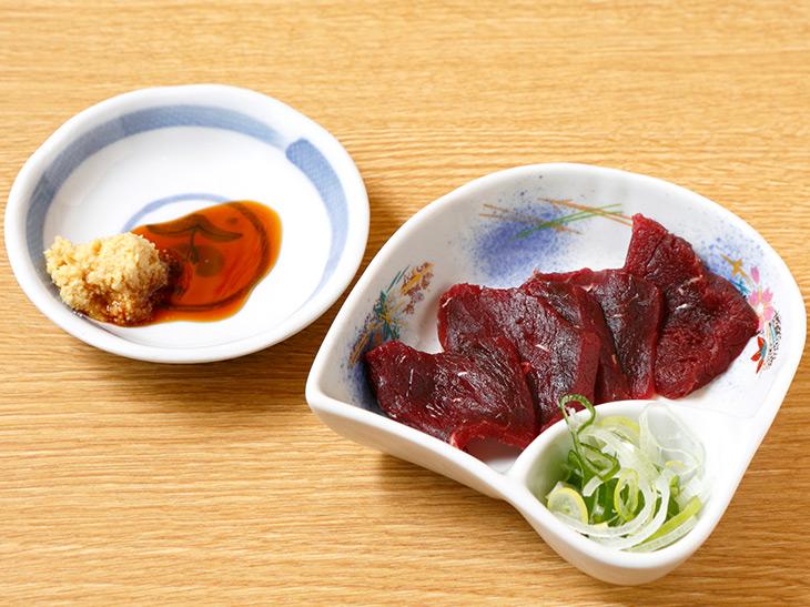 「クジラの赤肉刺し」680円。ショウガ醤油でさっぱりいただきます