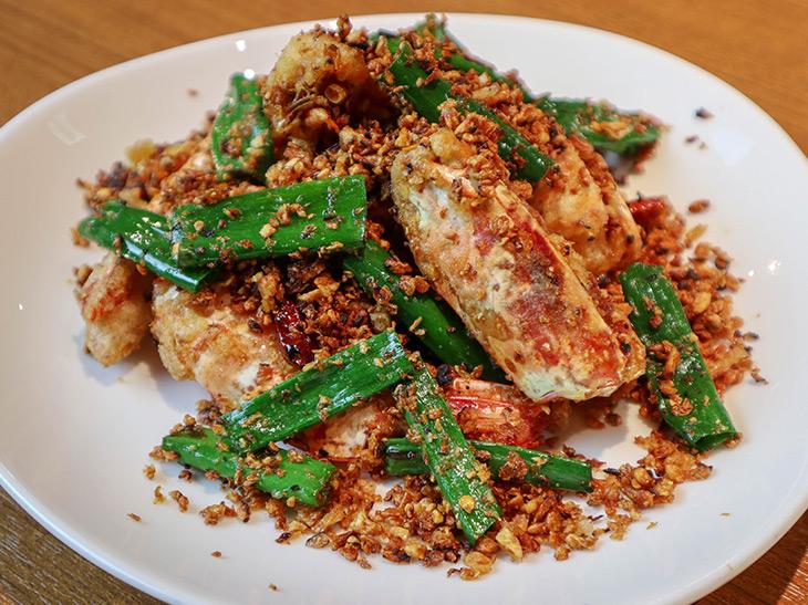 「エビのチリガーリック炒め」(土日ランチメニューの1品)にもガーリックスパイスがふんだんに使われています。