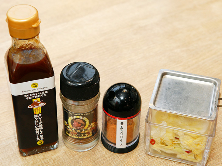 卓上にある味変アイテムは4種。キャベツのピクルスは甘さを。カイエンペッパーは辛味を