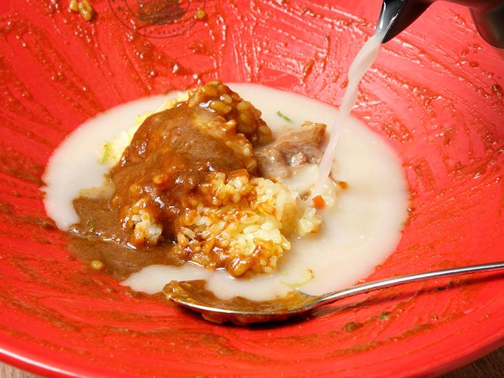 味変アイテム同様、卓上にあるポットの中身は白湯スープ。そそいで軽く混ぜると、サラサラとお茶漬け状態に