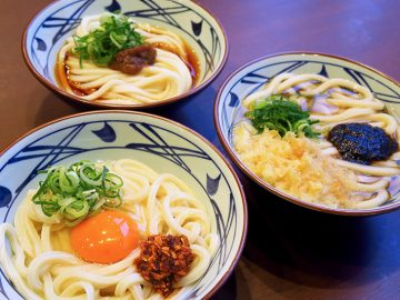 丸亀製麺で今だけ食べられる桃屋コラボのうどん3種類がすごい! ツウが教える裏技アレンジとは?