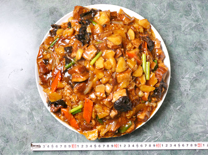 「ジャンボ豚角煮かけご飯」2500円。お皿の直径は約30cm。ゴハンがみえないほど具がたっぷり