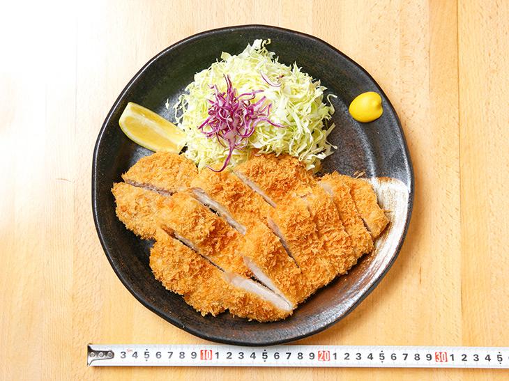 「メガ盛り定食」1,700円。ゴハン、味噌汁、お漬物がセットに。単品の場合は1,400円。お皿の直径は約36cm