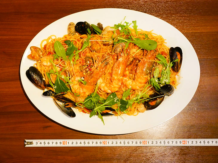 「真のラガーマン盛り」2,980円。長さ45cmのオーバル皿に山盛り! パスタは日替わりメニュー