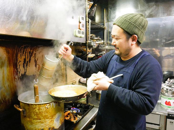 大量のパスタにソースをからませて、熱々のままテーブルへ。イタリア料理を中心とした地中海料理がメインのレストラン