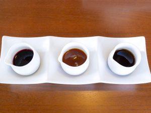 左から、ベリー、キャラメル、メープル。3種のソースもセットに