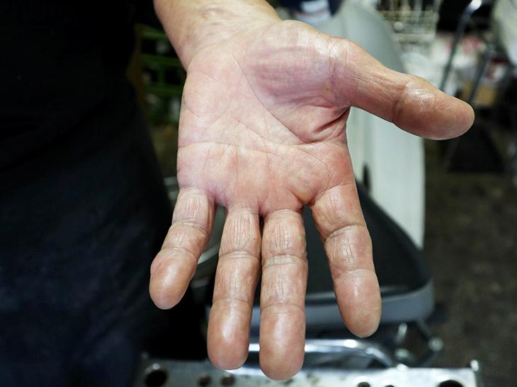たくさんの人を魅了するチャーハンを炒め続けてきたご主人の手