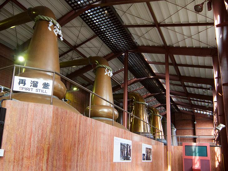 ポットスチルという単式蒸留釜で、2回の蒸溜を経てウイスキーの原酒に