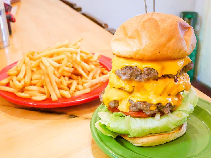 3段重ねの肉タワー! 『大衆酒場 福助』の豪快ハンバーガー「FUKUSUKE600」を食べてきた