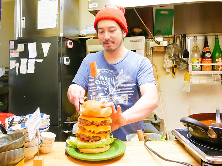 オーナーの加藤翼さん。肉バルで働いていた経験から、バーガーのノウハウはバッチリ