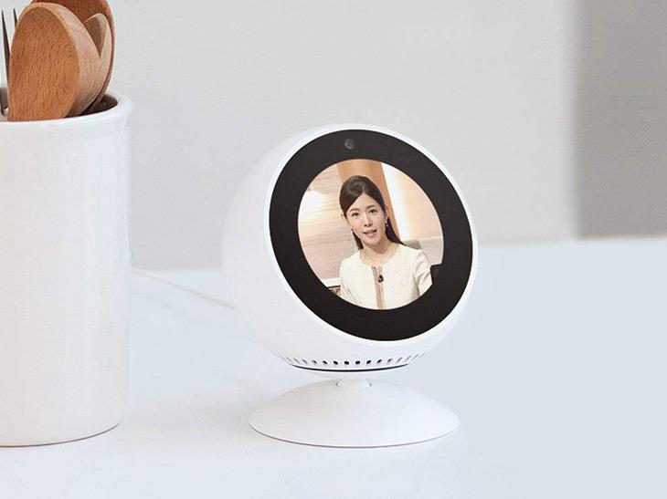 Amazonが展開する人工知能付きスマートスピーカーのなかでも、液晶付きの小さなフォルムが人気の「Amazon Echo Spot」。「アレクサ」と話しかけると起動し、音楽を再生したり、スマートホーム対応家電の操作が音声だけで可能。白と黒の2色展開
