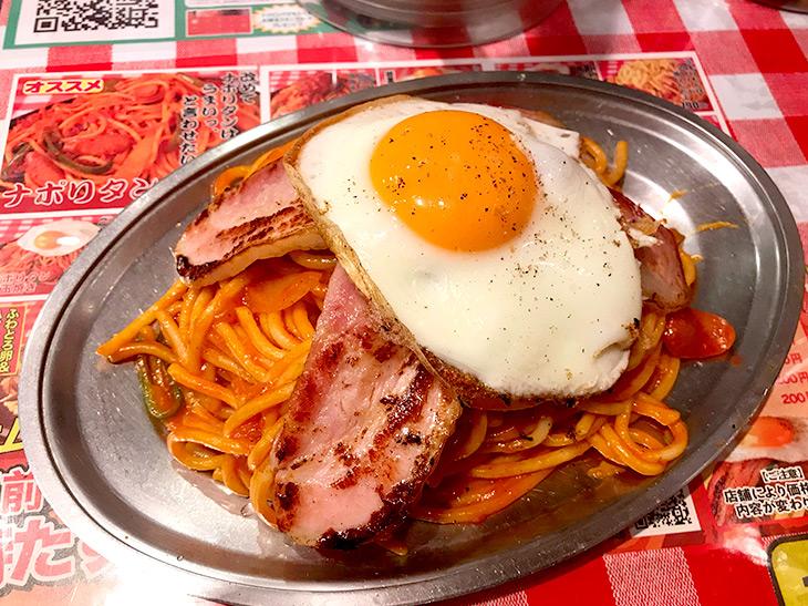 こちらは『パンチョ』のお店で食べる「ナポリタン」に厚切りベーコン2枚&目玉焼きのせの豪華バージョン