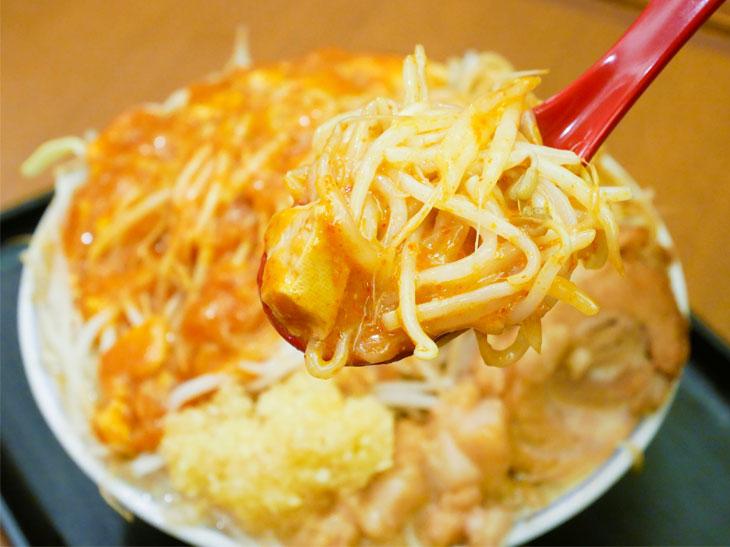 レンゲで山の部分をすくって一口。スープに溶け出す前の麻婆豆腐は辛さ強め。蒙古系の旨さを感じる!