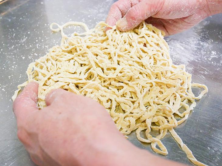 麺にコシを出すために、一杯一杯丁寧に手もみし提供される
