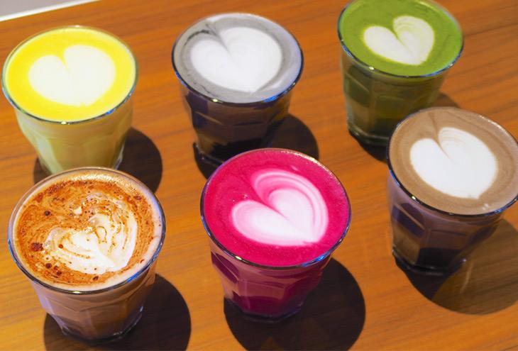ラテ・レッドビーツ、ラテ・マッチャ、ラテ・ショコラ、ラテ・ターメリックジンジャー、ラテ・バンブー・チャコール、ラテ・ホウジチャの6種類。各600円でミルクは3種類から選べる