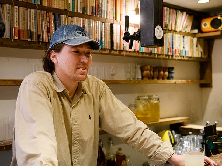 田中開さん/2016年、レモンサワー専門店『The OPEN BOOK』を新宿ゴールデン街に開業。そのスタイルが多くのメディアに取り上げられる。祖父はゴールデン街をこよなく愛した直木賞作家の故・田中小実昌氏。国内外の酒場文化にも精通