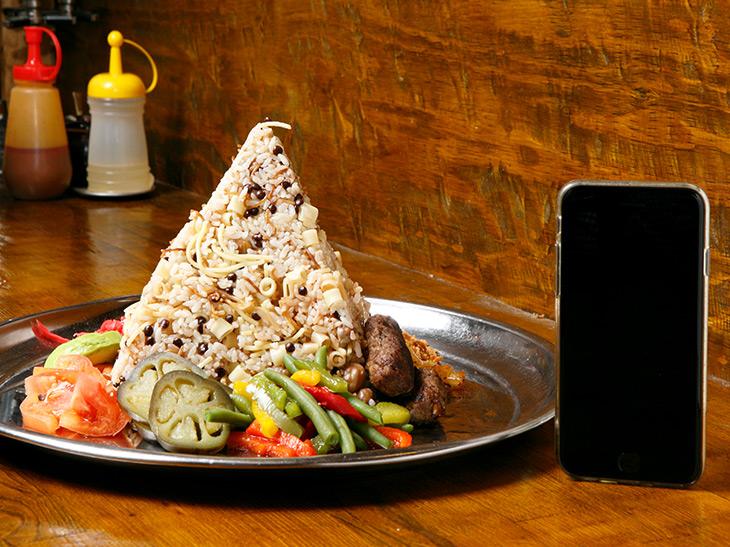 「ピラミッドコシャリ」2,580円。高さは約16cm。美しい四角錐の周りには野菜などがいろいろ