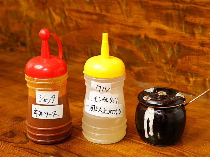 味変アイテムもあります。左から辛味ソース、レモンガーリック、自家製ラー油
