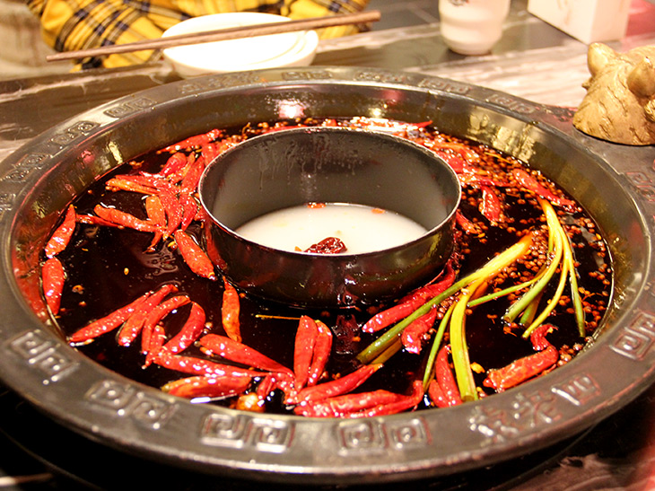 周りに紅湯、中央に白湯が入った2つの味が楽しめる「鴛鴦火鍋」