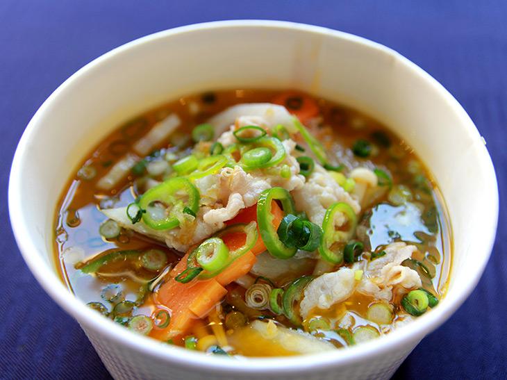 永田町の『赤坂四川飯店』の「什景泡辣湯」は、発酵させた唐辛子がベースのスープに豚肉、根野菜などを加えた、四川風豚汁。