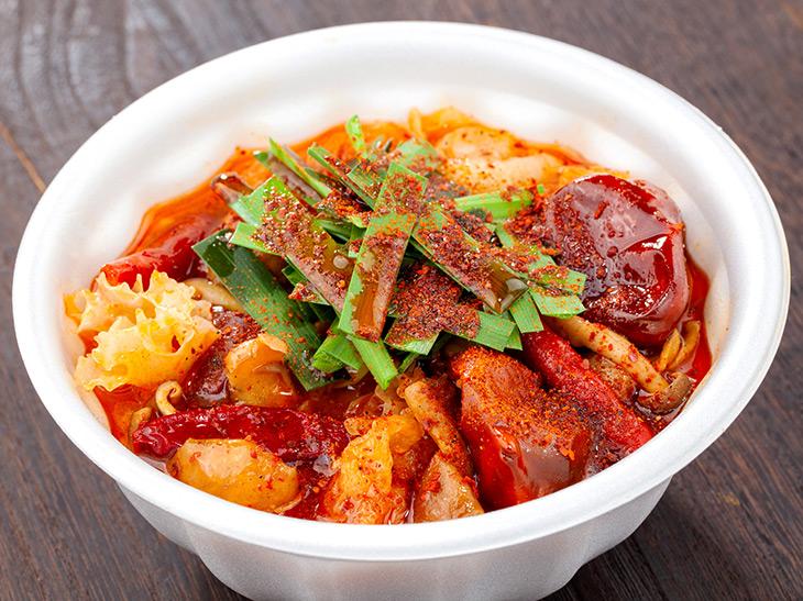 六本木『上海香火鍋 新天地』の「10種のきのこ火鍋」。中国から取り寄せた香辛料をブレンドした火鍋専門店のこだわりのスープ