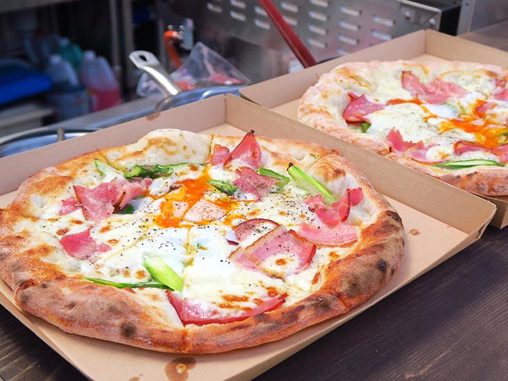 「季節野菜とベーコンエッグ」のピザ(1枚1,800円)は耳までおいしく食べられる