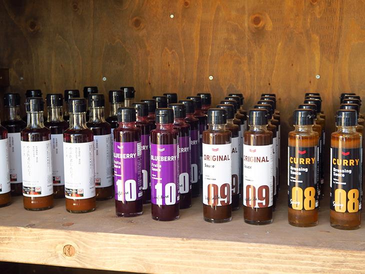 店内ではBBQでも使われているオリジナルのドレッシングソースやお米、ライスジュレなどが販売されている