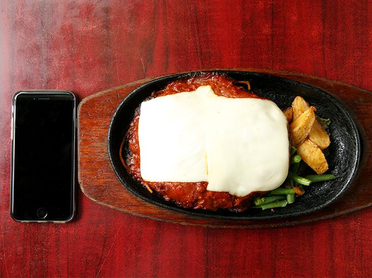 「チーズハンバーグ定食」980円に、ライス大盛り100円で合計1,080円。鉄板は一般的なサイズだが、肉みっしり存在感たっぷり!