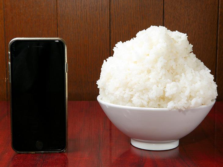 大盛りゴハン+100円にすると、マンガ飯のようなゴハンが! 高さ18cm、携帯より高い!