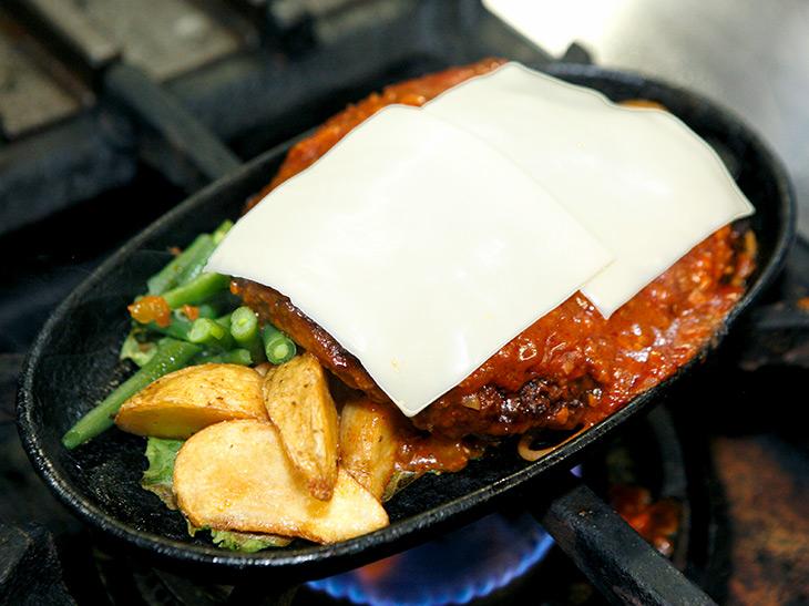 自家製パテを整形して、ひとつひとつを鉄板で焼きあげていくので15分必要。野菜はフライドポテトなど
