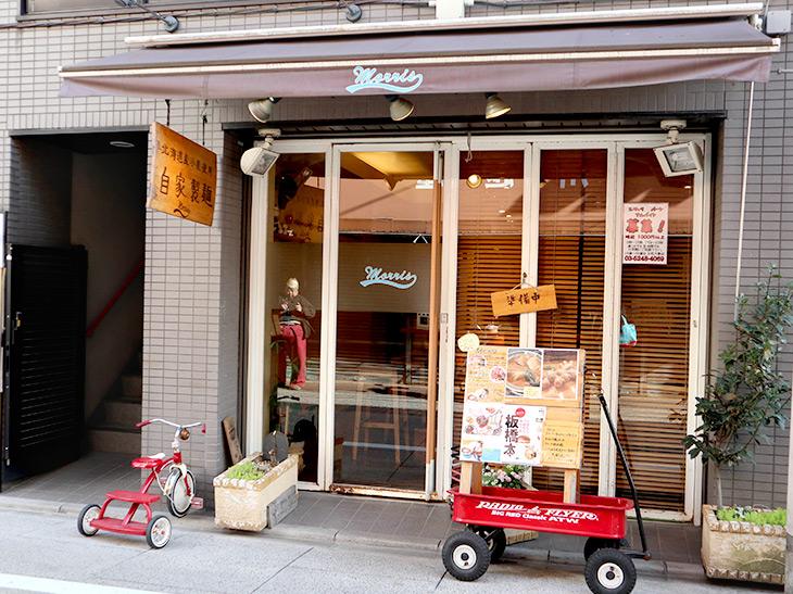 2008年に代表の松田徹時さんがオープン。外観もカフェ風ですが、店内も木のカウンターや椅子でくつろげる雰囲気です