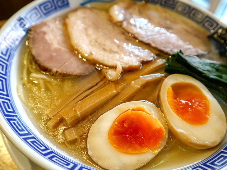 「塩中華そば」の麺は中細ストレート麺。ちなみに「つけそば」は全粒粉入りの太麺を使っているそうです