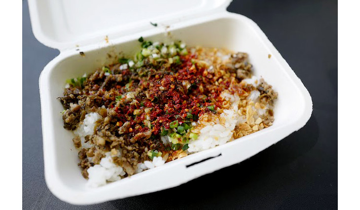 四川料理名物のピリ辛麺の「燃麺(ランミェン)」をアレンジした混ぜご飯。ヤーツァイの漬物やごま油、辣油、醤油、八角、山奈、ゴマ、ピーナッツ、クルミ、唐辛子、花椒、ネギ、エンドウ、ホウレン草等で作られる