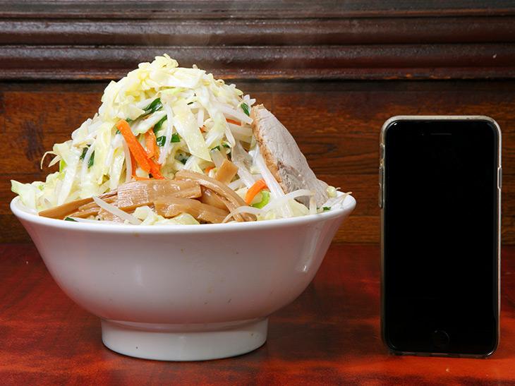 「ビッグラーメン」(味噌)930円。高さは約20cm。モヤシやキャベツなど野菜が山をなしています