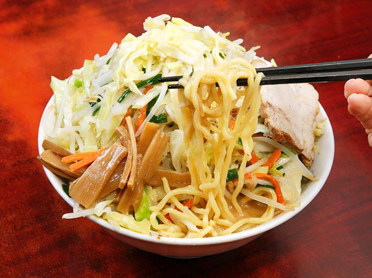 野菜の山の下からなんとか麺を引っ張り出して……のびる前に食べたいっ!