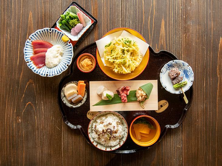 旬の食材を活かした、色鮮やかな「八重桜膳」。お値段は2,000両!(現代の価値で一両=約13万円)