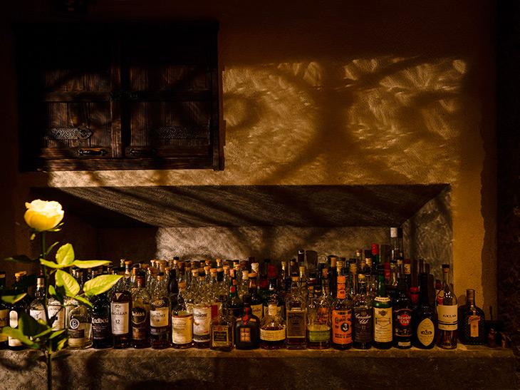 店の扉を開けると、店主のこだわりのお酒の数々が目に留まる