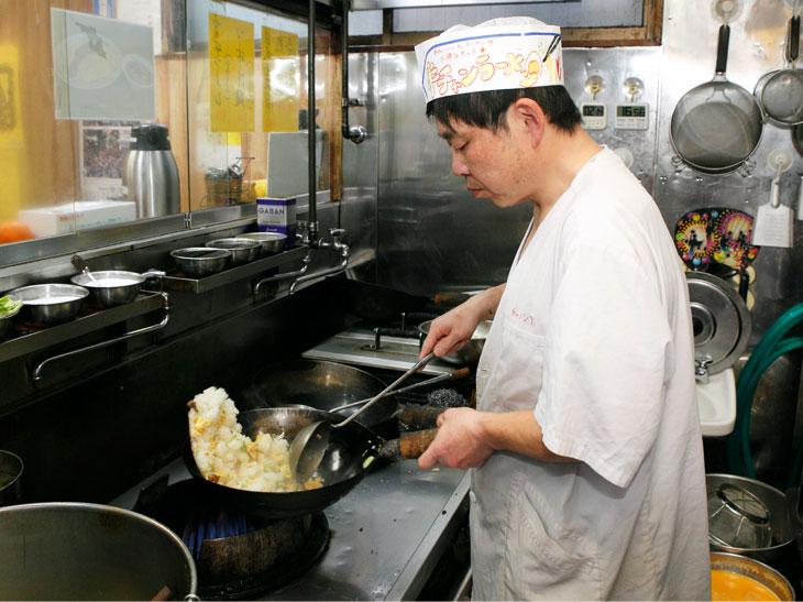 「食べたい人は早めに来てね~。じゃないと店がなくなっちゃうかもよ~」と冗談を話すご主人。ピッタリ1kgに作る技、見事です!