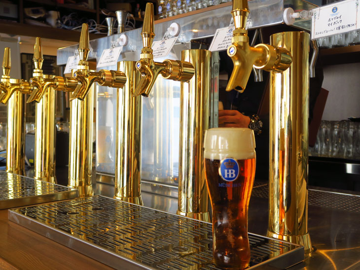 ランチビュッフェではビールが自由に注げるサーバーコーナーがある。アルコールだけでなく、ソフトドリンクやコーヒー、約10種類のハーブティーも飲める