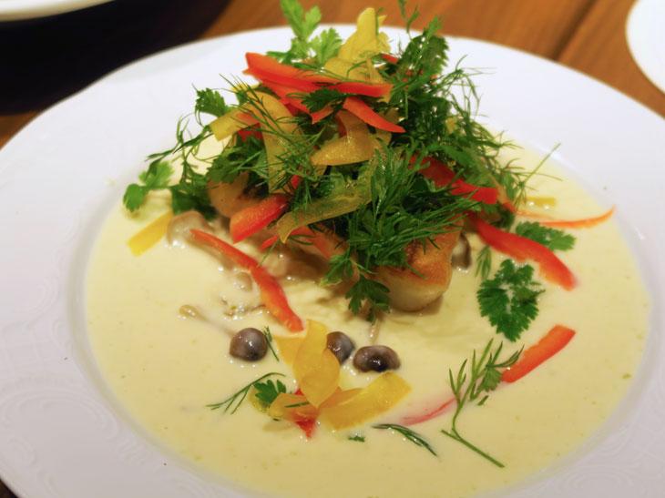 写真はランチタイムの選べるメインメニューの一例の「季節の魚のグリル 柚子胡椒とキノコのクリームソース」。ほかにも、ソーセージの盛り合わせやムール貝のほうれん草のドリアなどがある