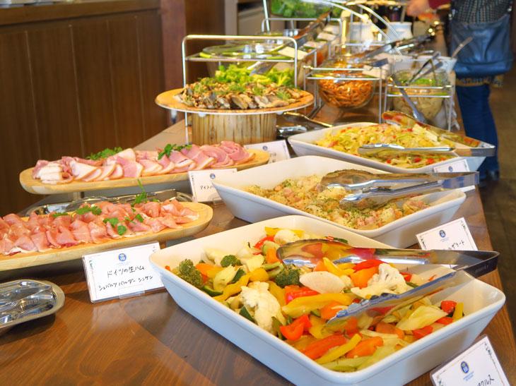 この日はドイツの生ハムやアイスバインのハム、ドイツ風ポテトサラダの「カルトフェルザラート」などが並んでいた