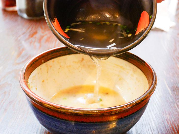 シメに割りスープ。ちなみに+150円で「俺流かき玉」にもできる